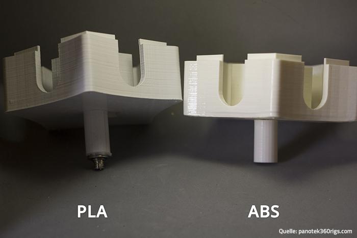 Zwei 3D-Druckobjekte, die aus PLA und ABS hergestellt wurden.